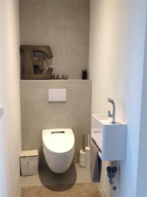 small washroom toilet met gietvloer gestucte muren zonder tegels