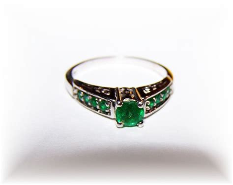 lovely vintage sterling silver emerald paste ring from