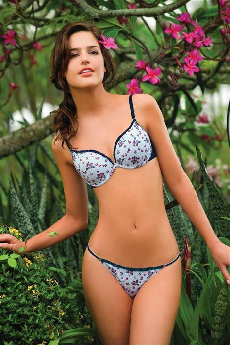 ropa interior flores las flores estan en todo hasta en la ropa interior brasier