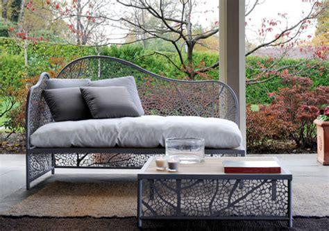 divani da terrazzo e in terrazzo un divano traforato di foglie fiori e foglie