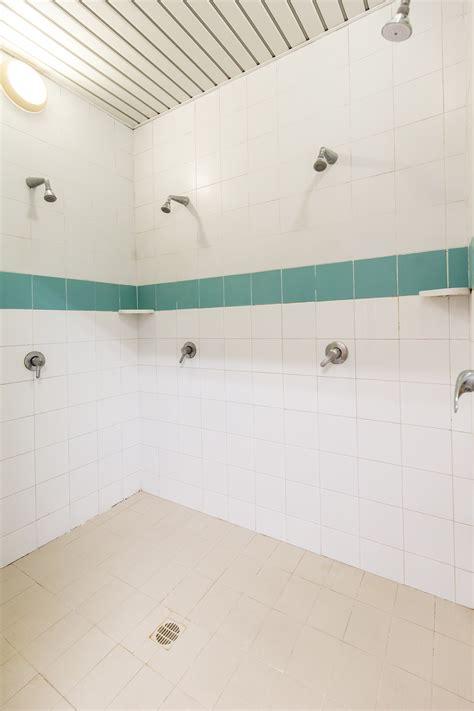 spogliatoio femminile doccia foto impianto nuotoaurelia piscina e palestra