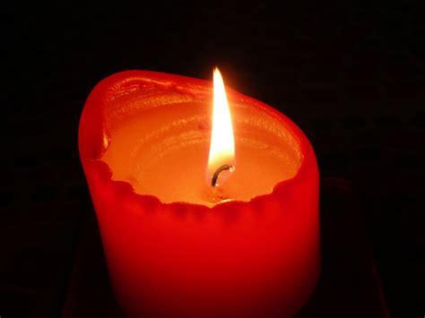 imagenes de velas rojas encendidas imagen de vela encendida foto gratis