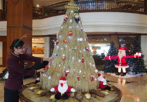 Pernak Pernik Natal Aksesoris Natal Ornamen Natal 09 sambut natal hotel di bikin pohon natal dari padi kue sempe merdeka