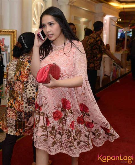 Abaya Nagita nagita slavina til anggun dengan dress warna merah muda