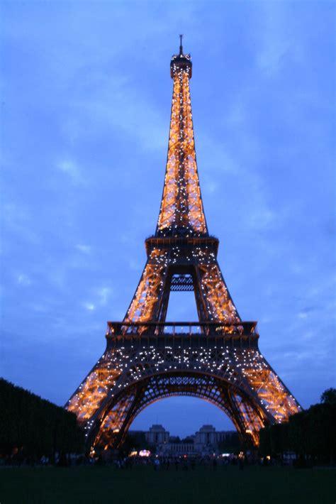 torre eiffel di notte illuminata parigi di notte 187 luca and mila s