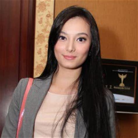 Model Rambut Hanggini by Asmirandah Bicara Akui Foto Sedang Kebaktian Menikah