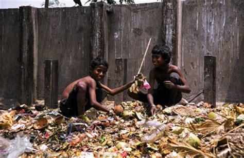 imagenes de niños que pasan hambre hambre en el mundo pateando el mundo