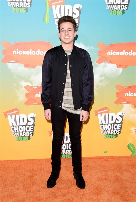 charlie puth berasal dari foto charlie puth di red carpet kids choice awards 2016