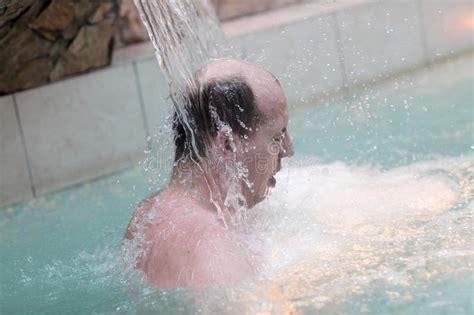 sotto la doccia foto uomo sotto la doccia fotografia stock immagine di