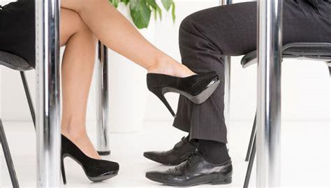 relation amoureuse au bureau flirt au travail comment r 233 agir jobboom