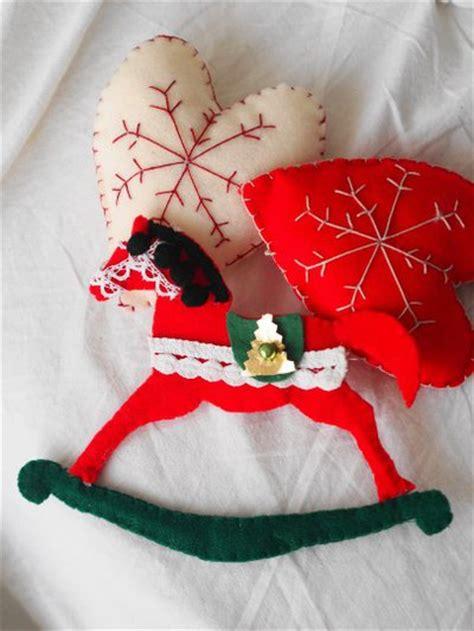 decorazioni natalizie da appendere alla porta cuore in feltro verde e juta decorazione di natale da