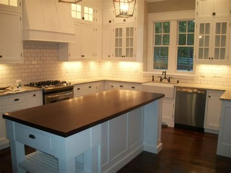 lighted kitchen cabinets pin by lomba berg on kitchen