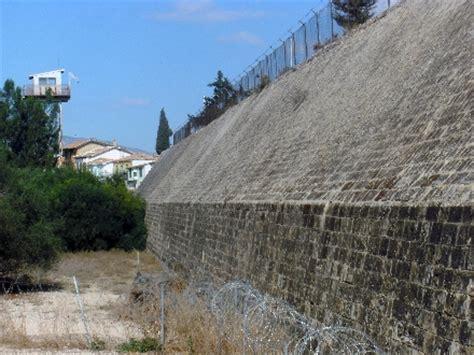 Mit Freundlichen Grüßen Tuerkisch Timediver 174 Zypern Entlang Der Greenline In Der Geteilten Hauptstadt