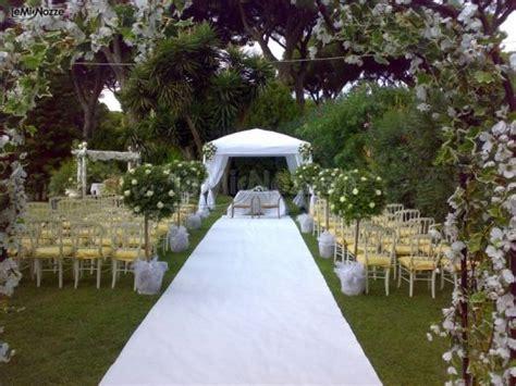 allestimento matrimonio in giardino allestimento floreale per la cerimonia nuziale in giardino