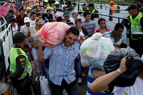 imagenes venezuela triste venezuelans flock across border due to food shortage