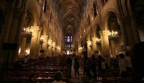 notre dame de interno notre dame with fall foliage foto di cattedrale di notre
