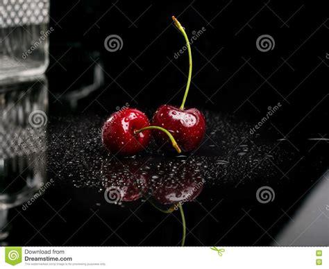 foto bagnate due ciliege bagnate fresche succose fotografia stock