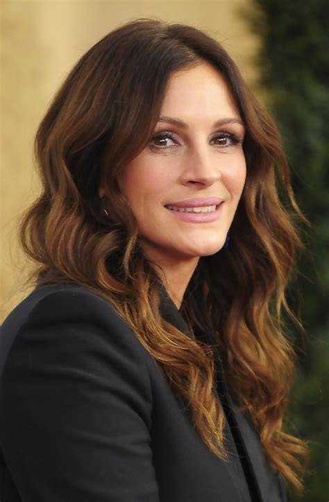 julia roberts red hair with highlights more pics of julia roberts long wavy cut 1 of 25 julia