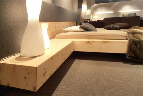 moderne nachtkästchen wuchtiges zirbe doppelbett m 246 bel finsterwalder