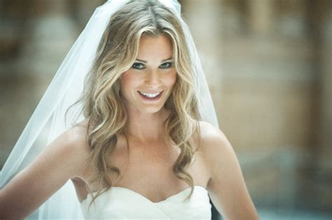 wedding hairstyles all down all down loose waves wedding hairstyle with classic veil