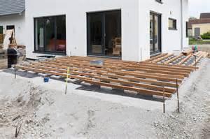 terrasse unterkonstruktion terrasse holz verlegen abstand bvrao