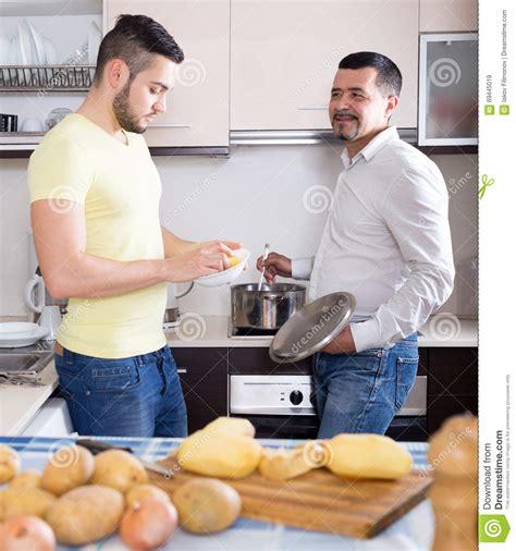 uomini cucinano uomini cucinano minestra di patate immagine stock