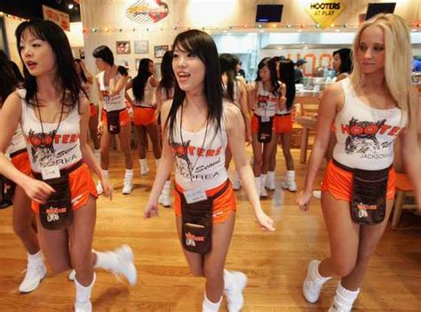 how much does a waitress make a year happy 30th anniversary hooters 30 things you probably didn t about working as a hooters