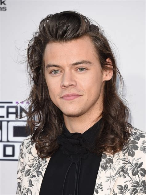 how old is harry styles 2015 harry styles wears gucci s s 2016 suit at 2015 american