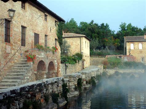 piscina termale bagno vignoni bagno vignoni una grande vasca termale al posto della