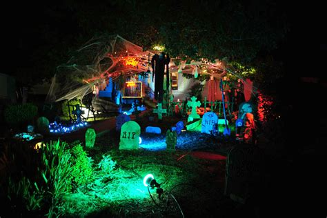15 awesome front yard halloween displays 171 twistedsifter