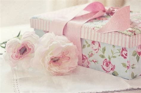 pretty gifts bow flower flowers gift girly image 228717 on favim com