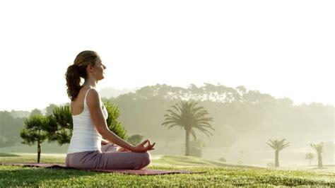 imagenes yoga mujer 女性 yoga 瞑想 公園 rm 動画 4k 549 448 191 framepool ストック映像