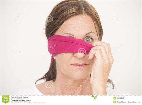 imagenes ojos vendados una mujer con los ojos vendados del ojo fotos de archivo