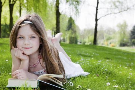 libro summer blonde ni 241 a leyendo un libro sobre la hierba 61798