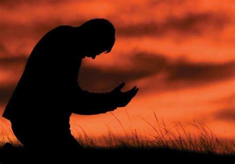 imagenes de personas reunidas orando personas orando de rodillas related keywords personas
