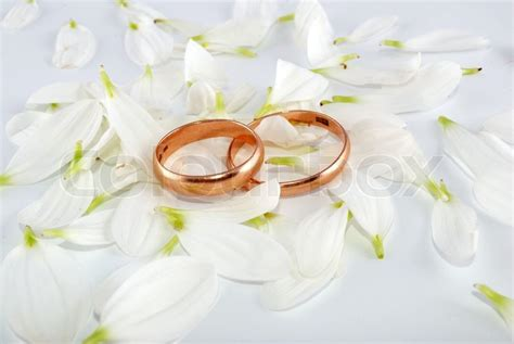Eheringe Floral by Wedding Rings And Flowers Composition White Petals