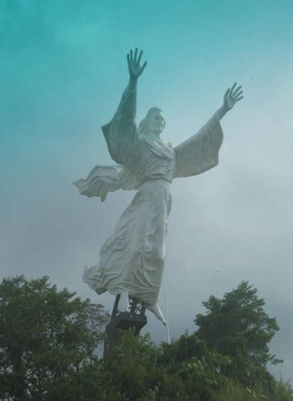 patung yesus memberkati indonesia nya