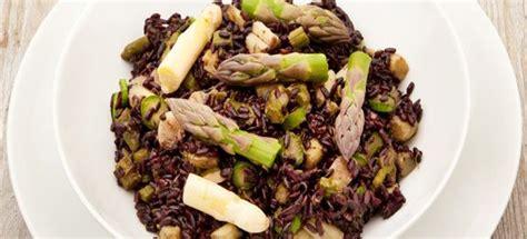 cucinare riso nero ricetta risotto al nero di seppia e asparagi