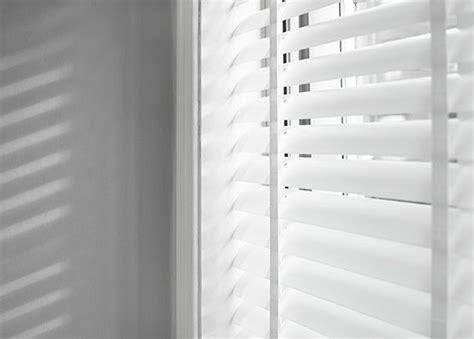 jaloezie e deur witte jaloezieen met ladderband raamdecoratie