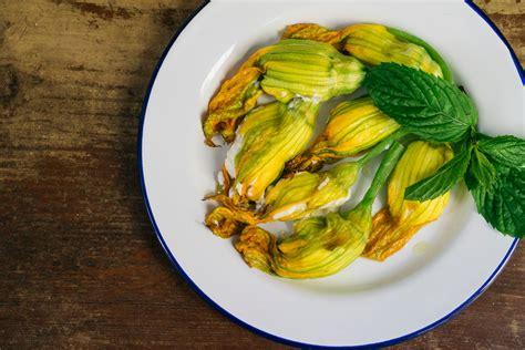 fiori di zucca ripieni con ricotta al forno ricetta classica dei fiori di zucca ripieni di ricotta e