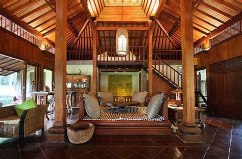 desain kamar mandi tradisional jawa cat kayu yang bagus dan tahan lama untuk desain rumah bali