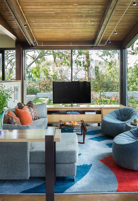 placing tv in front of window modernă caldă și luminoasă n ai zice că i o casă
