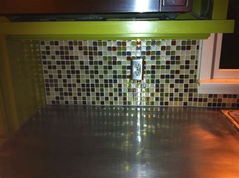 peel and stick tiles for the backsplash looks a lot like