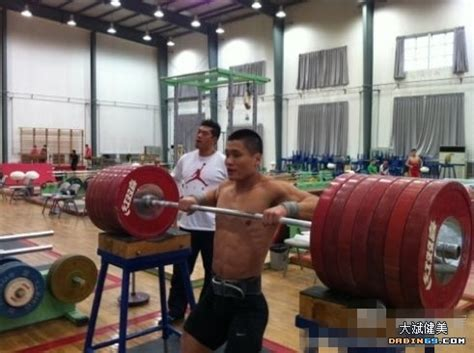 russian bench press program olympic weightlifter lu xiao jun and 370kg barbell