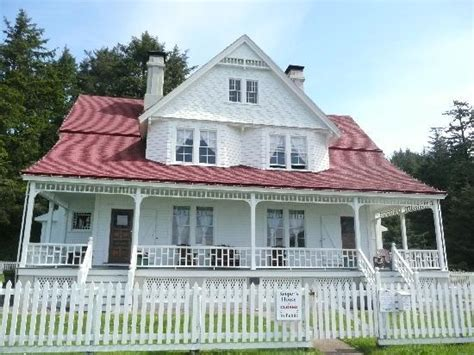 heceta head lighthouse bed and breakfast heceta head lighthouse bed and breakfast pictures to pin on pinterest pinsdaddy