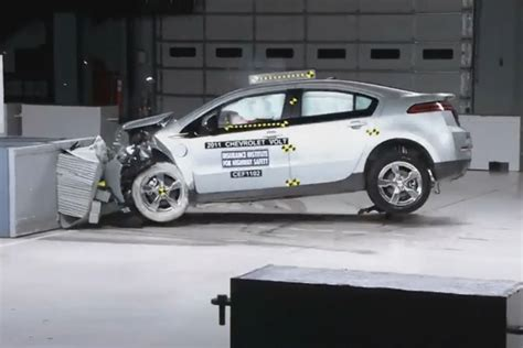car crash test chevrolet volt and nissan leaf receive top iihs safety