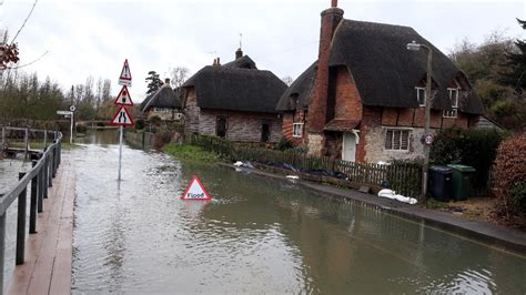 river thames update thames floods roads in oxfordshire itv news