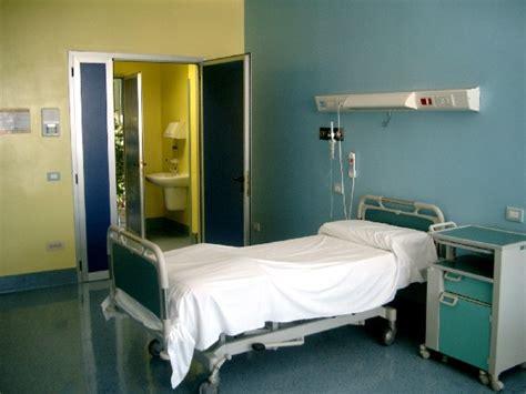 letto da ospedale posti letto calano negli ospedali aumentano nelle