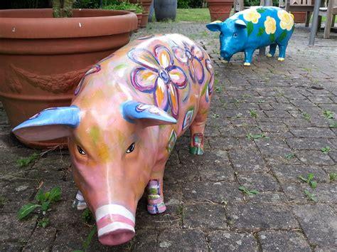 bunte schweine für den garten bemalte schweine bunte schweine buntes gartenschwein
