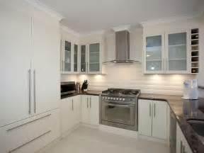 Modern u shaped kitchen design using granite kitchen
